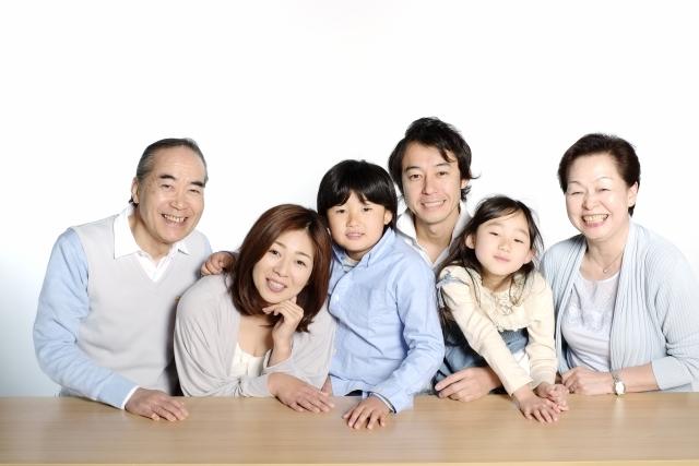 笑顔をみせる家族